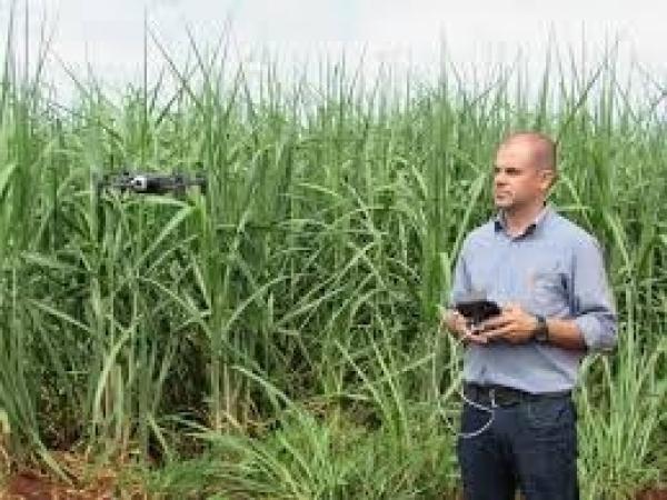 Gabriel Camarinha do AVANCE hub demonstra tecnologia com drone no campo. Foto: Ozonio Imprensa