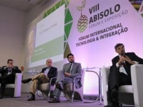 Participantes do debate realizado no Fórum Abisolo 2019, da esq. para a dir.: Carlos Melo (INSPER), José Mendonça de Barros (MBA Associados), Guilherme Casarões (FGV) e Elísio Contini (Embrapa-DF).  Foto: Giancarlo Giannelli/LZP