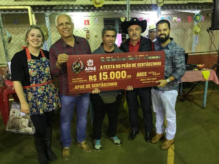APAE recebe doação de festa do peão de Sertãozinho