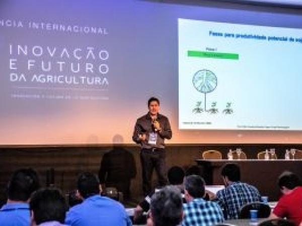 Palestrante da 5ª Conferência Internacional Santa Clara, Evandro Binotto Fagan, destaca aspectos do manejo fisiológicos para melhoria da produtividade agrícola. Foto: Wilson Carrilho