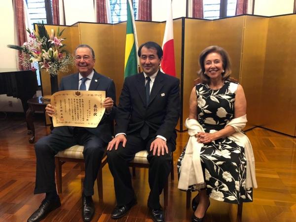 Maurílio Biagi Filho e a esposa Vera de Amorim Biagi ao lado do chanceler japonês. Foto: Divulgação
