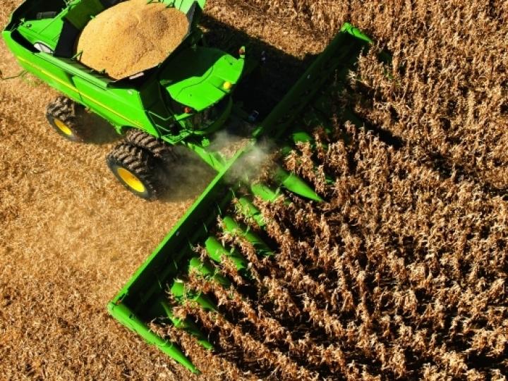 Máquinas agrícolas com motores flexíveis geram custo benefício