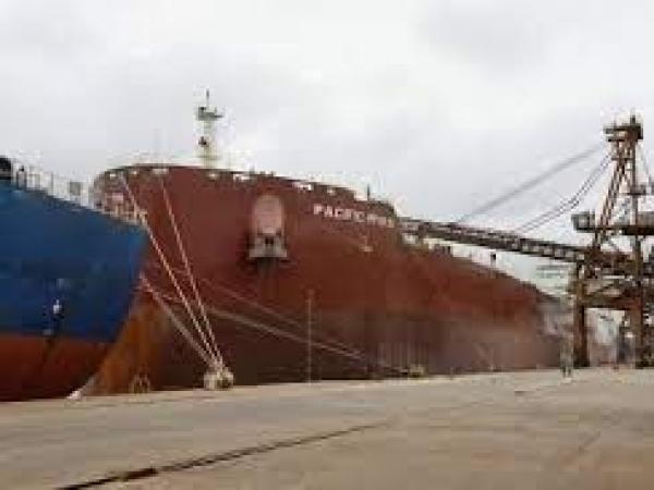 Mais um grande navio graneleiro atraca no Corredor de Exportação do Porto de Paranaguá para receber uma carga recorde de farelo de soja. O Pacific Myra, com 292 metros de comprimento (loa) e 45 metros de largura (boca), atracou no berço 214, no último fin
