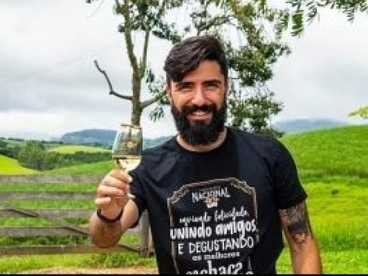 Com reconhecimento da profissão de sommelier de cachaça e crescimento do número de produtores, bebida ganha fôlego no Brasil