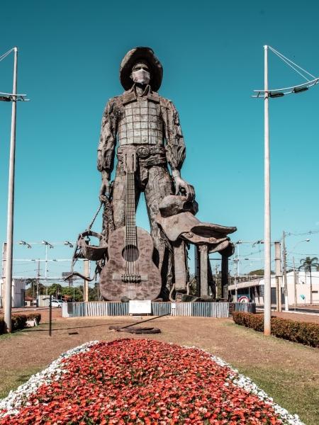 Famoso Monumento ao Peão com 27 metros de altura está localizado na entrada do Parque do Peão em Barretos. Foto: Mateus Rios