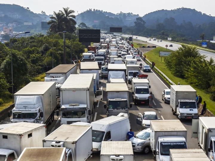 Pesquisa da FreteBras revela que 63% dos caminhoneiros apoiam as paralisações do transporte rodoviário de cargas